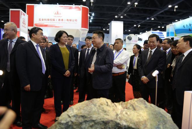 2018年中國-東盟礦業論壇期間,廣西壯族自治區副主席嚴植嬋在公司展位前參觀