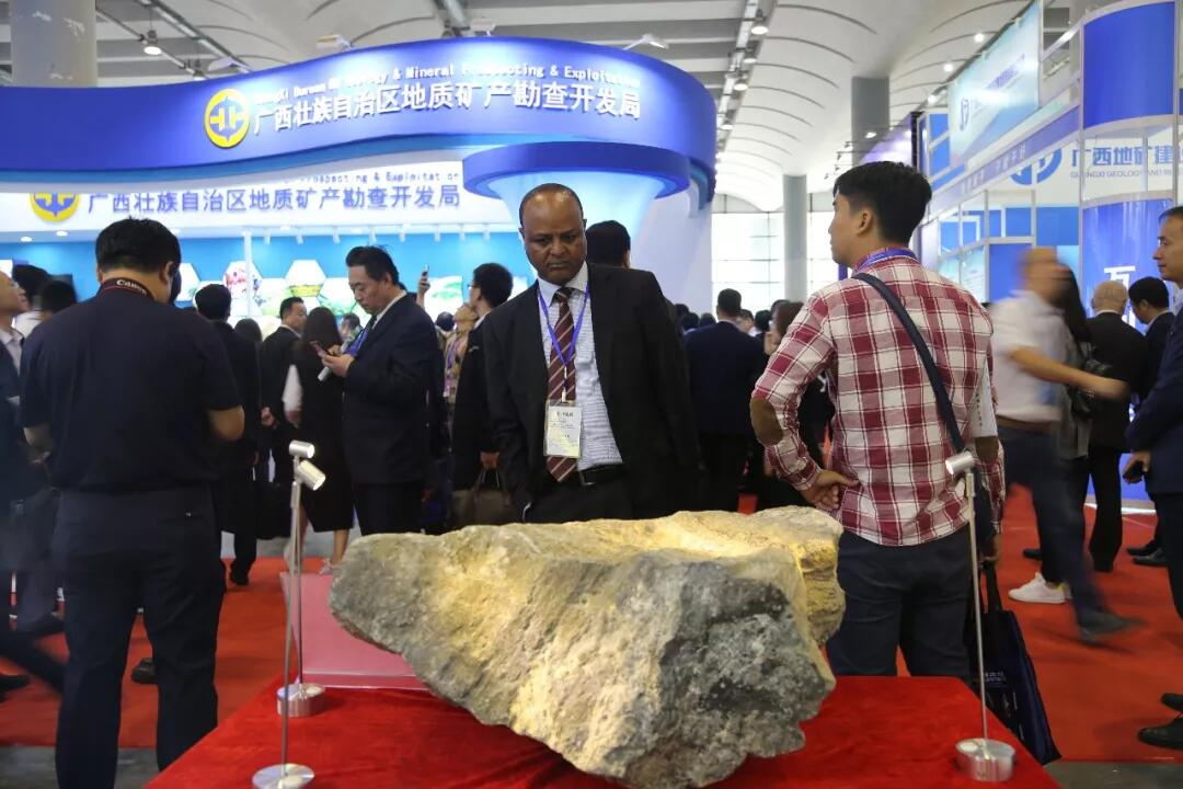 2019中國—東盟礦業論壇期間,埃塞俄比亞礦產與石油部副部長阿賽法·庫姆薩·阿費塔在公司展位前參觀